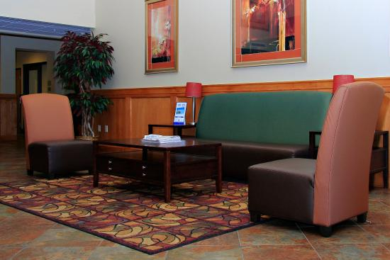 Holiday Inn Express Lincoln South: Relax in the Lobby
