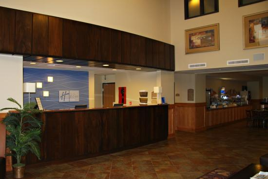 Holiday Inn Express Lincoln South: Front Desk