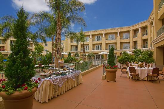 Balboa Bay Resort: Courtyard Luncheon