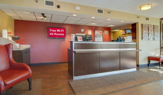 Red Roof Inn Akron South: Front Desk