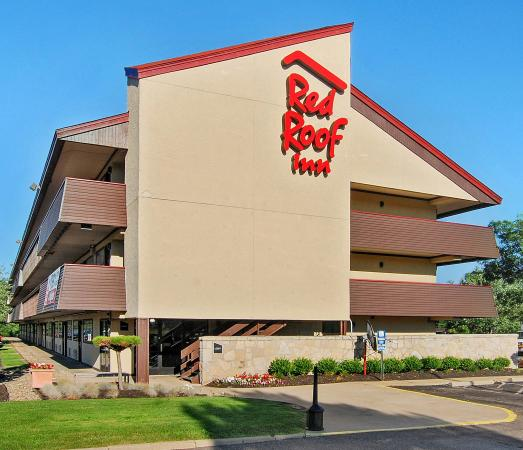 Red Roof Inn Akron South: Free Parking