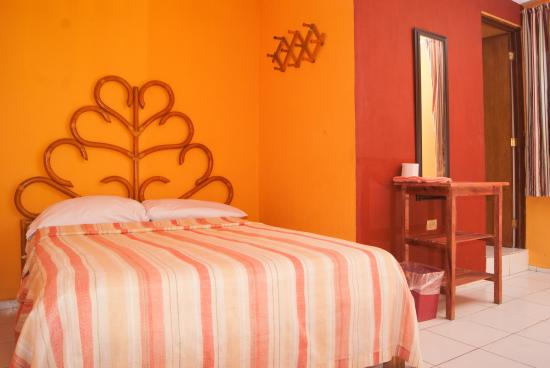 Hotel Marsella: 1 cama (bed), clima (A/C), Tv cable, agua caliente (Hot water). $350 pesos dia. (Aprox 18 eur,dl