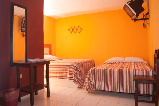 Hotel Marsella: 2 cama (bed), clima (A/C), Tv cable, agua caliente (Hot water). $450 pesos dia. (Aprox 23 eur,dl