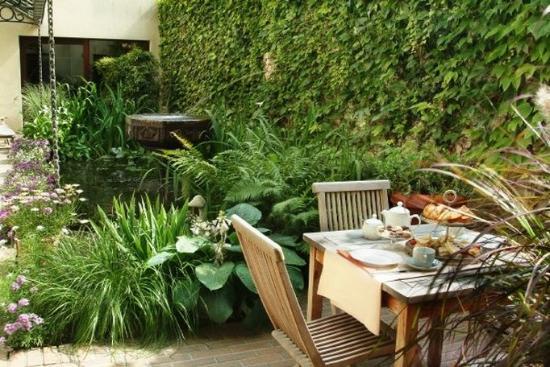 Flanders Hotel: Courtyard