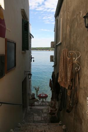 Rovigno, Croazia: Если сойти с основной дороги в сторону моря, то можно найти уютные кафе с красивым видом