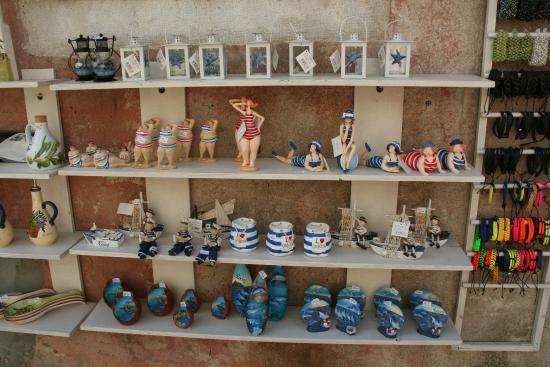 Rovinj, Croatia: Большинство сувениров на морскую тематику