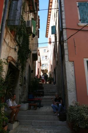 Rovinj, Croatia: Часть кафе вместо стульев используют ступени, выкладывая на них подушки