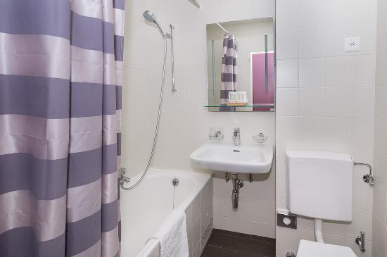 Hôtel Les Nations : Bathroom