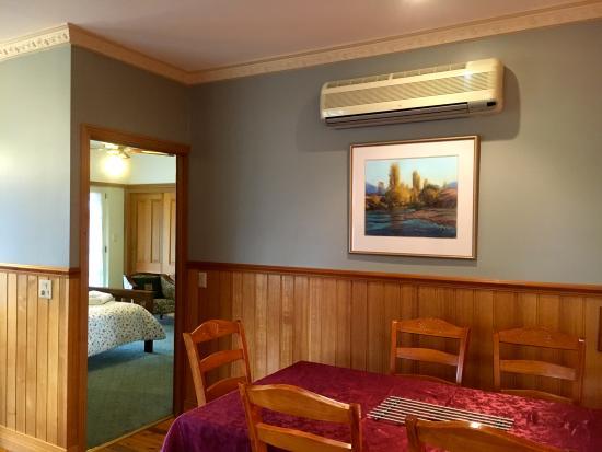 Merrijig, Australië: Cottage dining area through to the master bedroom