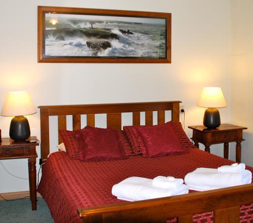 Merrijig, Australië: Buttercup Cottage master bedroom