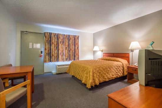 Cranbrook, Canada: Guest room with king bed