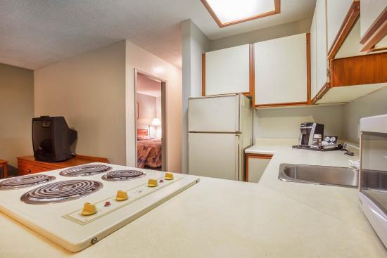 Cranbrook, Canadá: Spacious suite with kitchen area