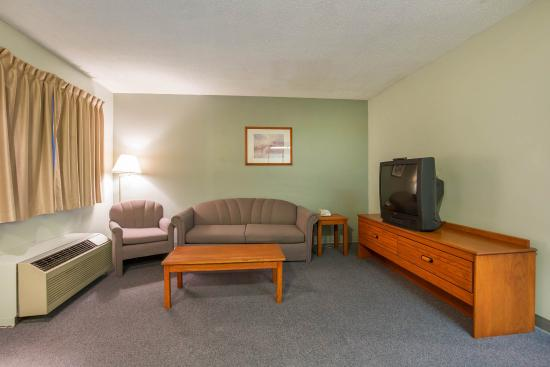 Cranbrook, Canadá: Spacious suite with living room