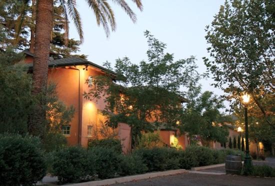 Wine & Roses Hotel, Restaurant & Spa: Wine Roses At Night
