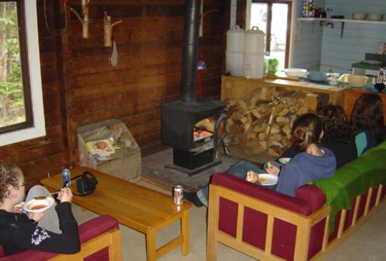 HI Mt. Edith Cavell Wilderness Hostel: Common Room