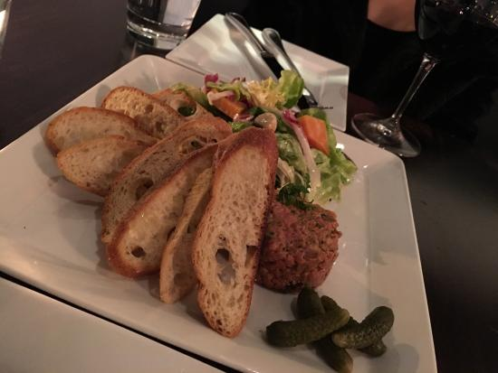 La Brasserie: Nice dinner with friend, I like the Steak Tartare, is the best ever. I had the Steak Frites, fri