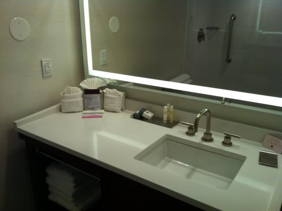 Nanuet, Νέα Υόρκη: Bathroom vanity and sink