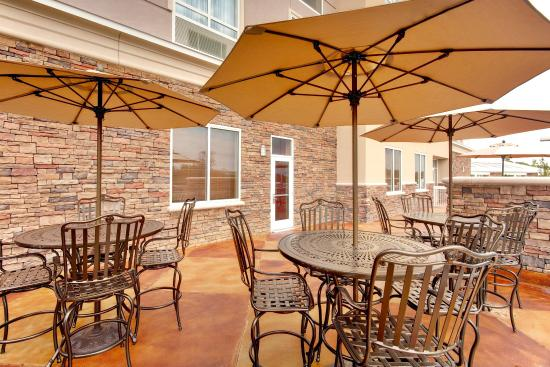 Holiday Inn Hotel & Suites Memphis-Wolfchase Galleria: Kem's Restaurant Guest Patio
