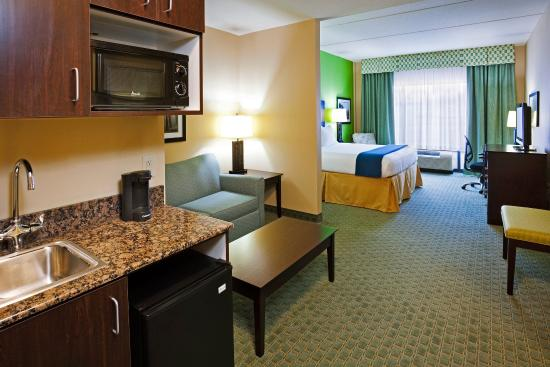 Newport, TN: Relax & unwind in our roomy king suite!