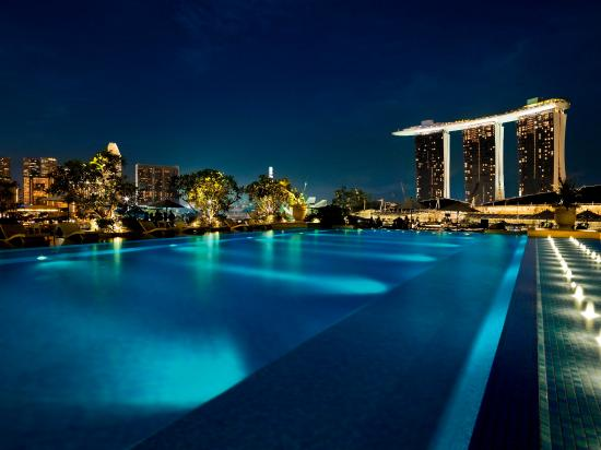 Singapore Hotel With Infinity Pool On Rooftop Image The Fullerton Bay Hotel Singapore Rooftop Infinity Pool Night