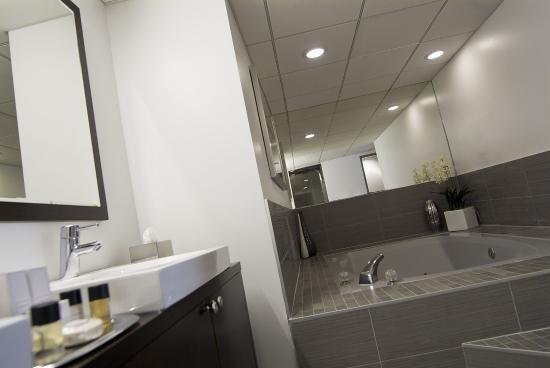 Hotel Deco XV: Ste Bathroom