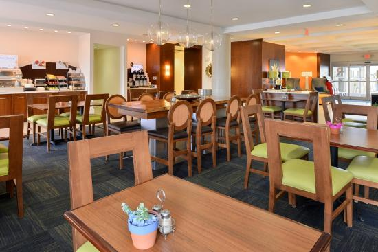 Holiday Inn Express & Suites Terre Haute: Breakfast Area