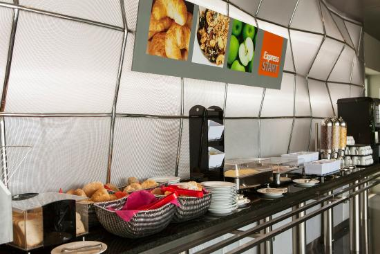 Carnaxide, Portugal: Our buffet breakfast includes portuguese pastries
