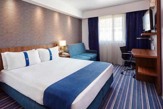 Carnaxide, Portugal: King Bed Guest Room