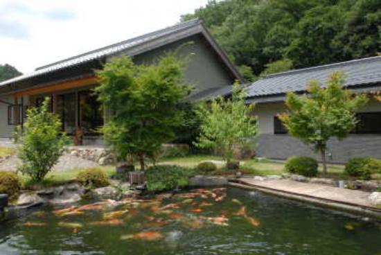 Mino, Japan: 錦鯉の泳ぐ宿