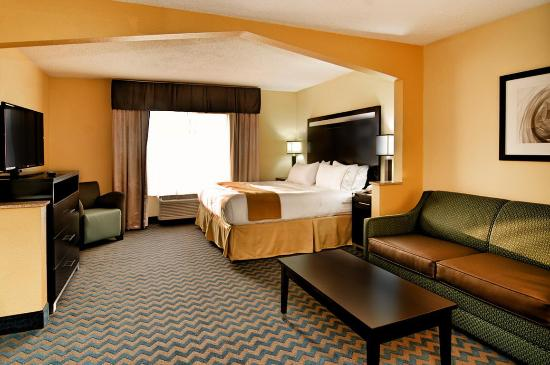 Roanoke Rapids, Carolina del Norte: Our spacious guest rooms offer a comfortable place to relax!