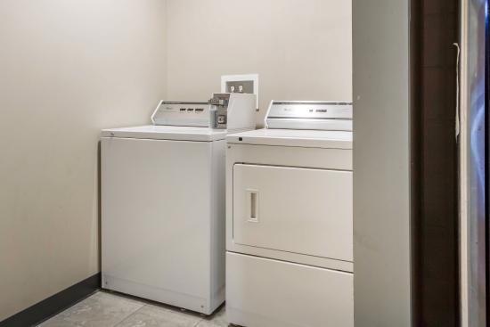 Econo Lodge Sheboygan : Laundry room