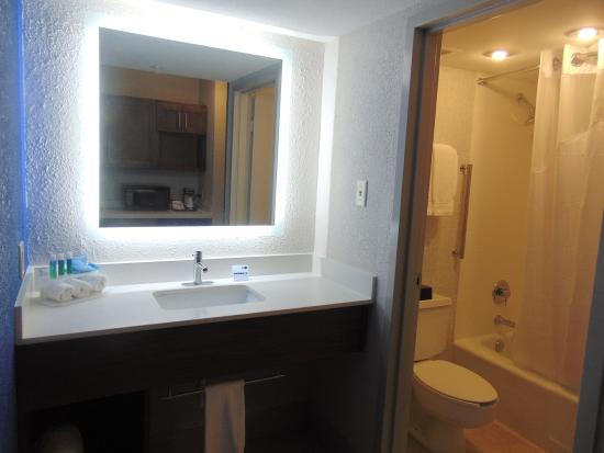 Wapakoneta, Огайо: Modern finishes with led lighting in all guest room vanity areas
