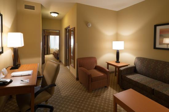 Roselle, IL: Large Suite With King Bed and Separate Sitting Area