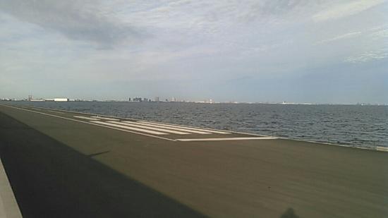 Urayasu Comprehensive Park: 公園の防波堤の海側に小型機用滑走路が有ります。