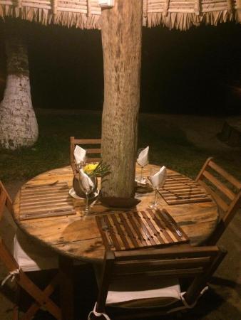 Mahambo, Madagascar: Table sur la plage !