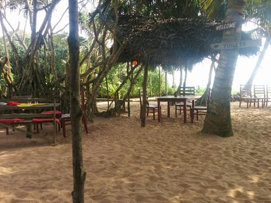 Awanhala Beach Restaurant: The outdoor area where the sand, sea and the food are all available.
