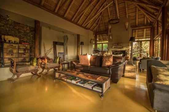 Etali Safari Lodge: Etali main lodge lounge
