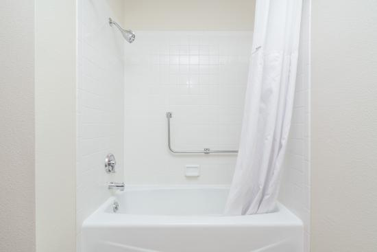 Baymont Inn & Suites Eau Claire WI : Our crisp clean bathrooms