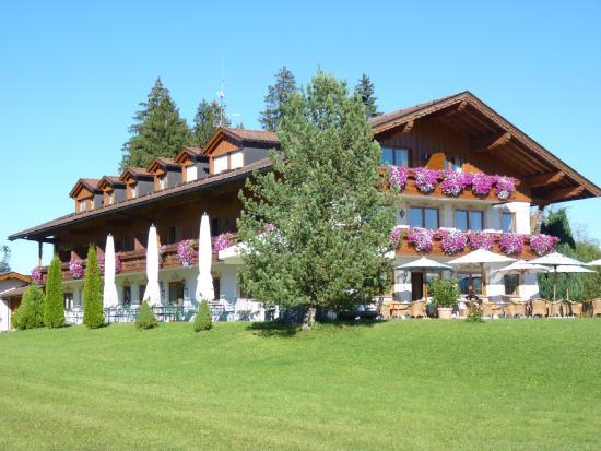 Landhotel zur Grenze: Hotel süd-west Seite mit freiem Blick auf das Allgäuer Hügelland.