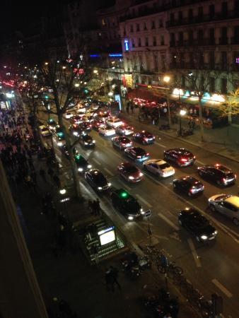 TRYP Paris Opera Hotel: Vista nocturna, full actividad a pesar de estar en invierno