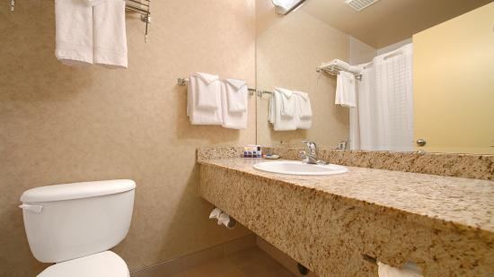 BEST WESTERN King George Inn & Suites: Guest Room Washroom