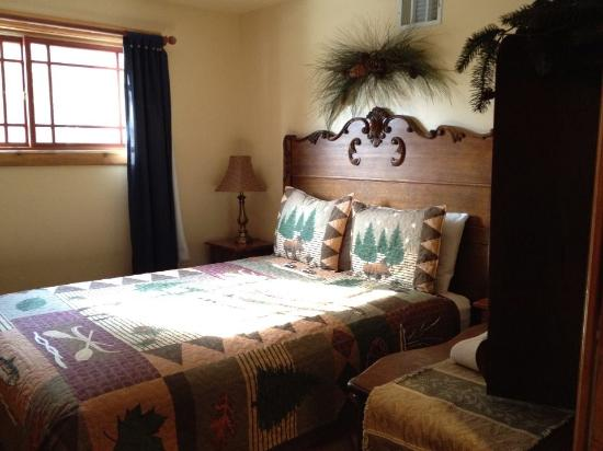 Twin Peaks, CA: Private bedroom in Alpine Lodge