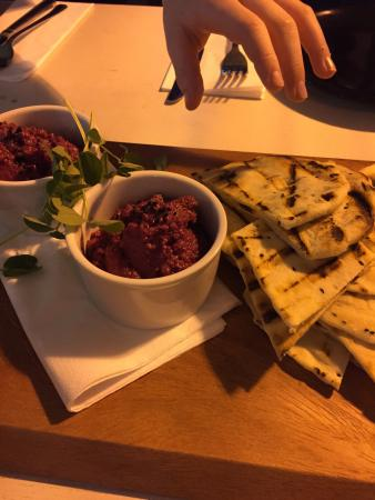 Hyde, UK: Fabulous - beetroot cumin & garlic dip was amazing. Gorgeous flatbread ... Huge wings (recommend