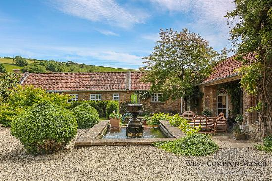West Compton Manor Bed and Breakfast : ...or would you prefer breakfast by the Koi ponds?