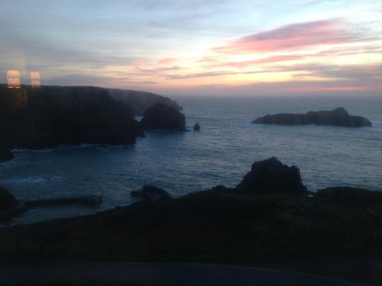 Mullion Cove Hotel: View of the sun setting from our room