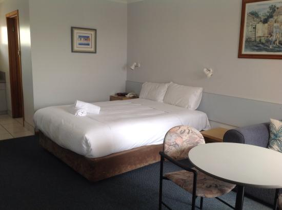 Ulverstone, Australië: Our room with bed, lounge and table