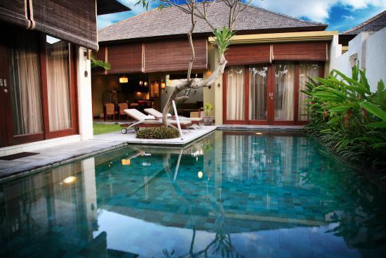 Pradha Villas: sunny pool area