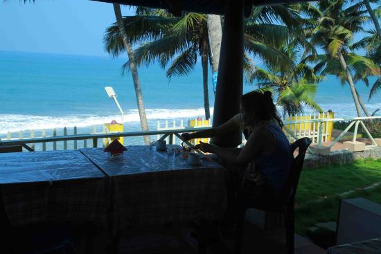 WoodHouse Beach Resort: wood house ,restaurant