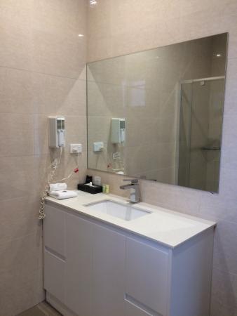 Comfort Inn Dandenong: Newly Renovated Bathroom