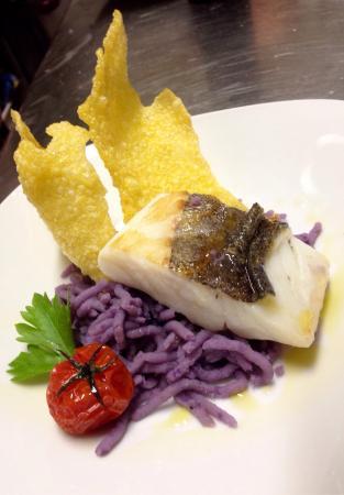 Marsciano, Italien: Antipasto, Trancio di baccalà su purea di patate viola con chips di mais